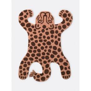 252865455b9 Tilbud. Gulvtæppe Safari Leopard til børneværelset fra Ferm Living
